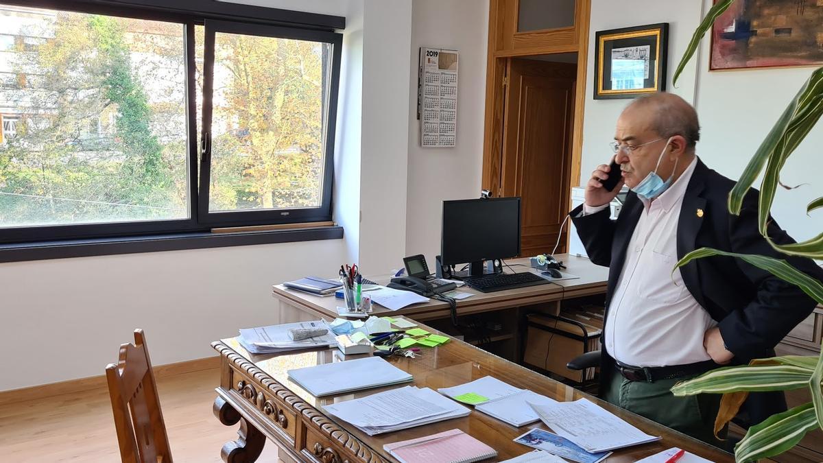 El alcalde socialista de Catoira, Alberto García García, en su despacho.