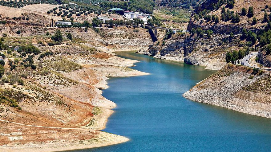 El trasvase del embalse de Iznájar divide a los municipios