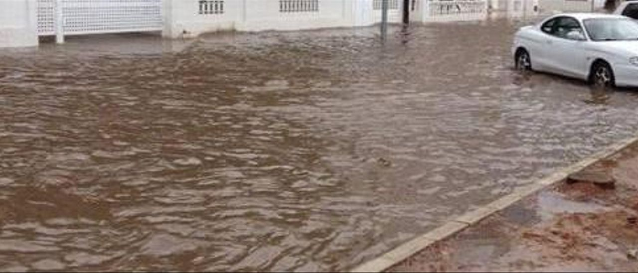 Una tromba de casi 30 litros inunda la avenida de la playa de Tavernes