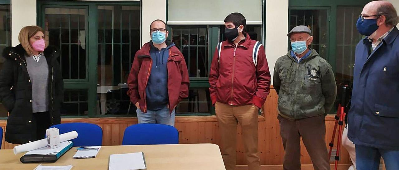 La portavoz municipal del PP, Nuria Niño, con vecinos de Pruvia.   Reproducción de S. Arias