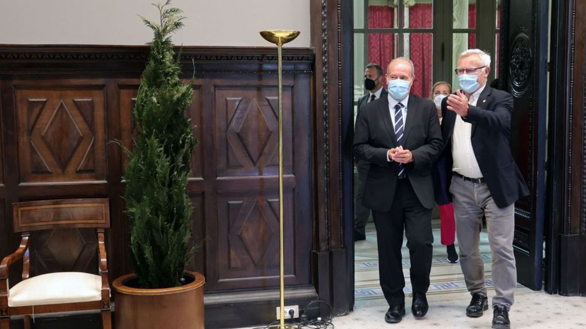 El alcalde recibió al ministro en el Ayuntamiento de València.