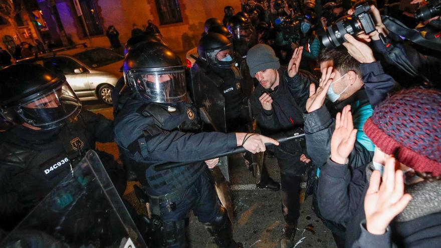 Varios centenares manifestantes marchan por Hasél en las calles de Barcelona