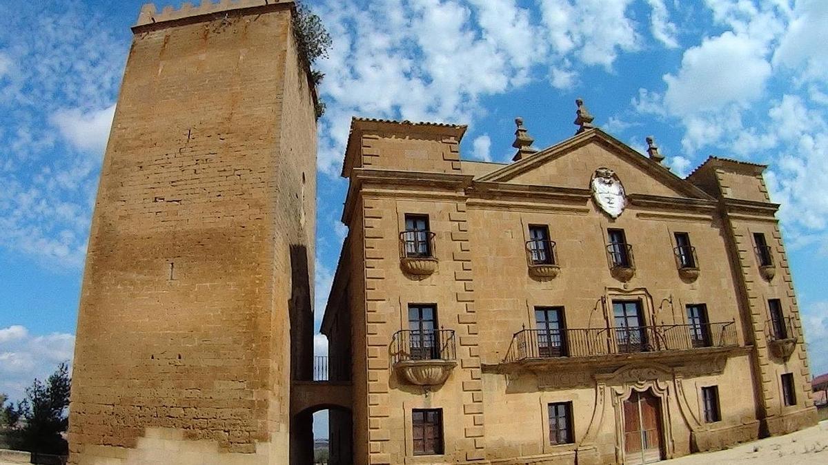 El torreón, restaurado y abierto al público, junto al Palacio los Vizcondes de Biota.