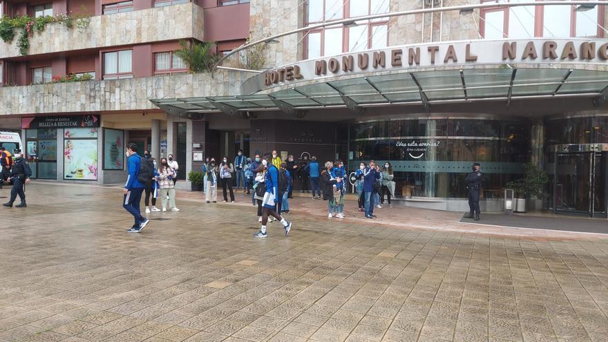 El Oviedo nota el calor de la afición antes de jugar ante el Sabadell: despedida al autobús del equipo