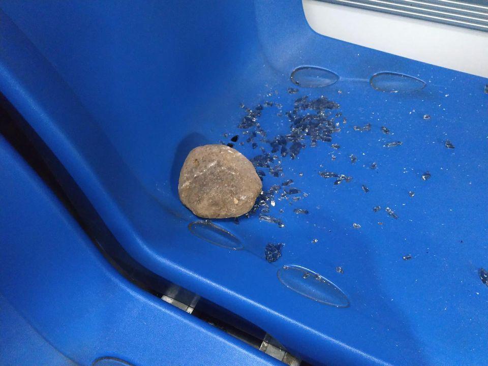 Tiran una piedra contra una guagua en Copherfam