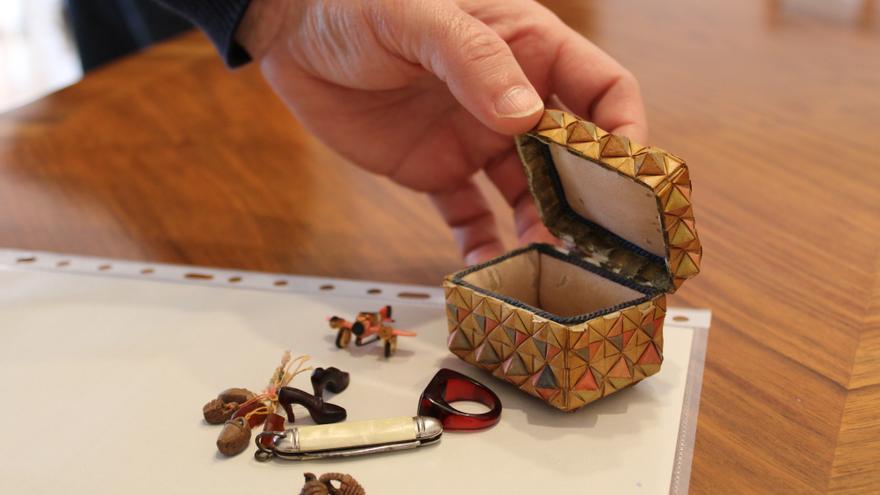 Bernat Cardona dona al Arxiu de Dénia un conjunto de miniaturas hechas por su abuelo durante su encarcelamiento en Alicante después de la guerra