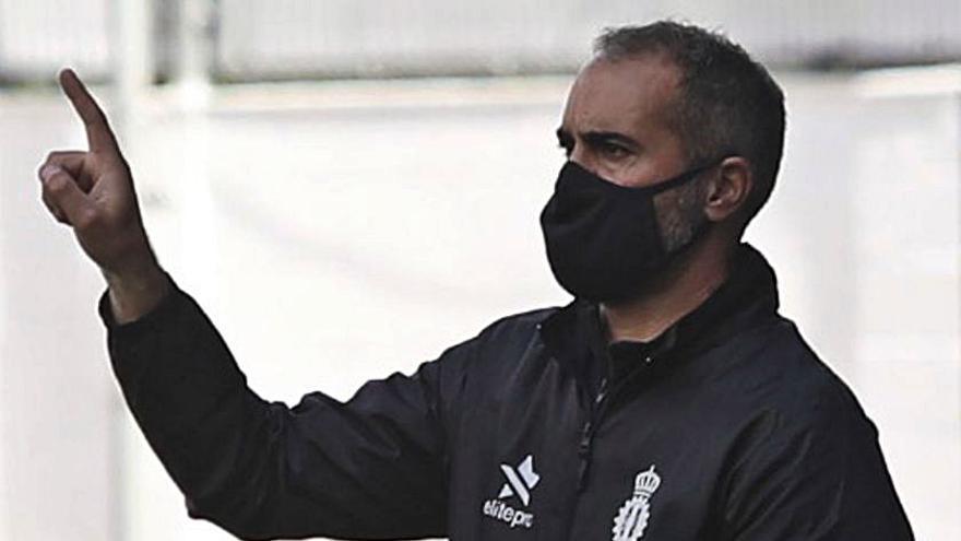 """Luis Rueda, entrenador del Real Avilés: """"Tenemos que pensar en las eliminatorias"""""""