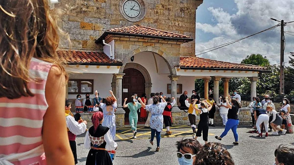 Un baile, ayer, ante la iglesia de Quintes. | Reproducción de Olaya PENA