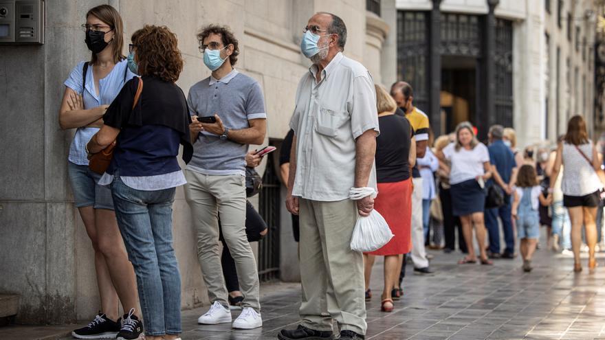Largas colas en el Banco de España en el último día para cambiar las pesetas