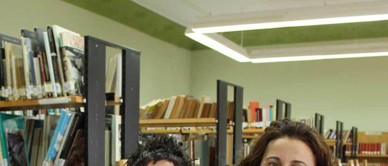 Manuela Busto y Rosa González en la biblioteca de Castropol