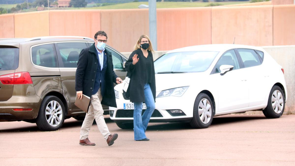 La portaveu de JxCat, Elsa Artadi, i el diputat de Junts Josep Rius es dirigeixen cap a l'entrada de la presó de Lledoners el passat abril