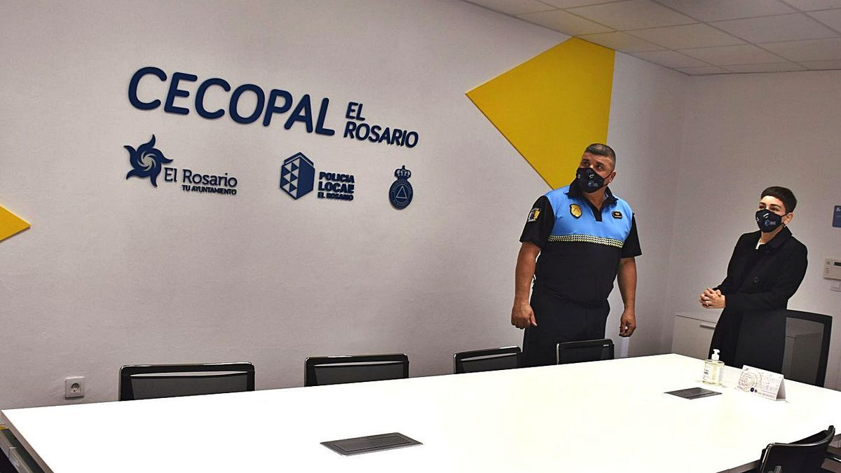 El jefe de la Policía de El Rosario, Antonio Hernández, y Sara Cabello en una de las dependencias de la sede policial.  .