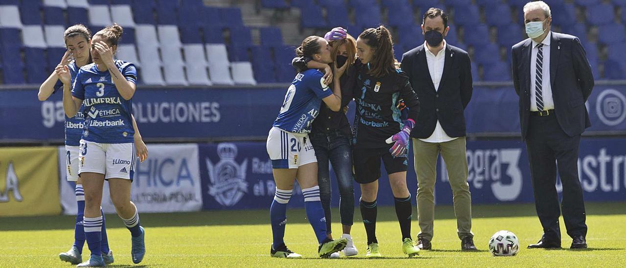 Titay y Miralles abrazan a María José Camacho, en el centro, con Fefa y Yarima (detrás) a la izquierda, y José Moro y Manuel paredes, a la derecha, antes del saque de honor por Arnau ayer en el Tartiere durante el partido del Oviedo Femenino ante el SE AEM. | Miki López
