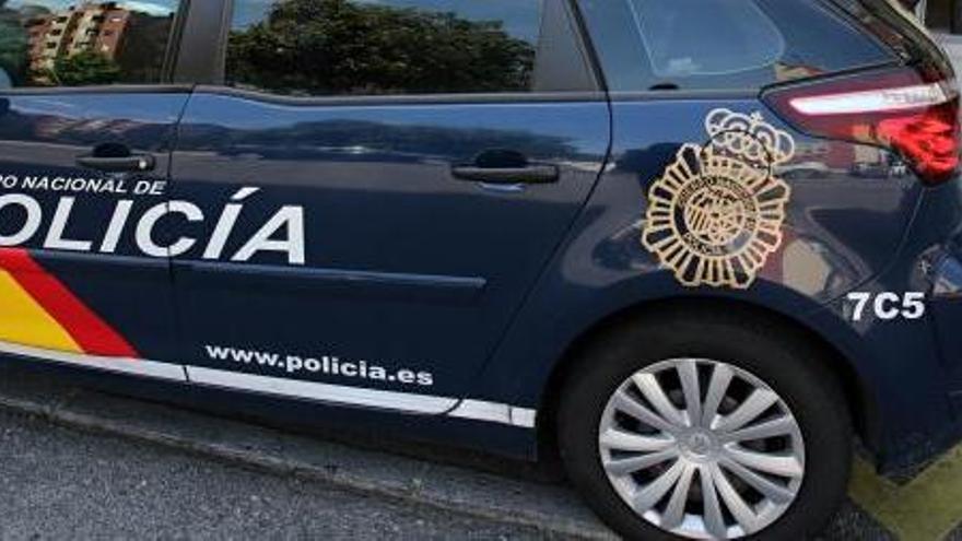 Detenido tras romper una ventanilla de un coche para robar dos sudaderas
