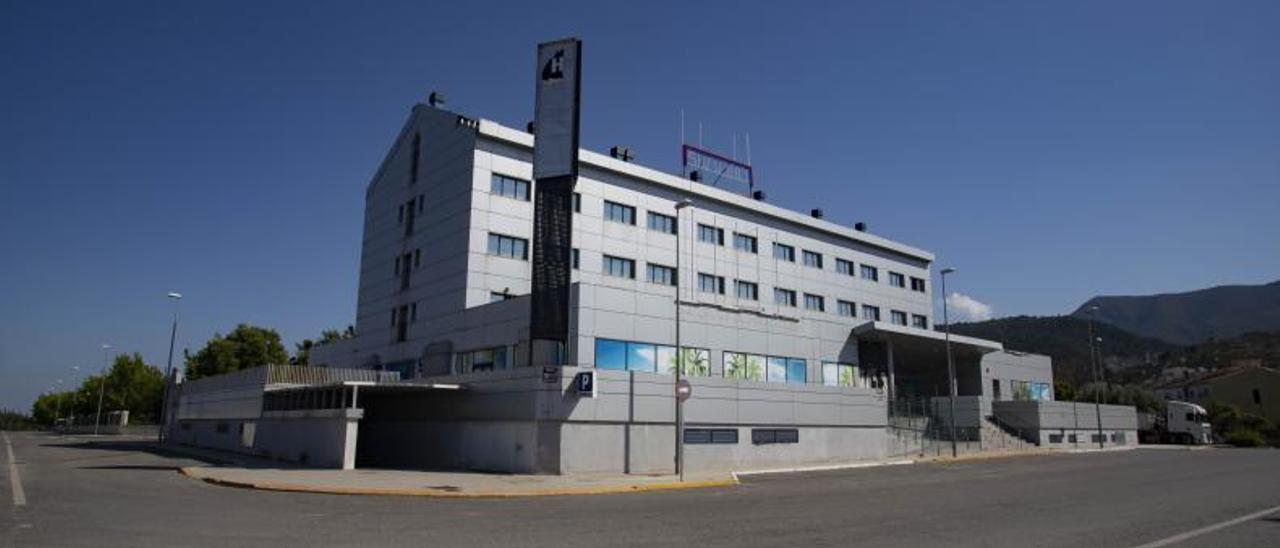 Edificio en desuso que albergó un hotel, una discoteca y hasta un prostíbulo hasta que fue absorbido por los bancos. | PERALES IBORRA