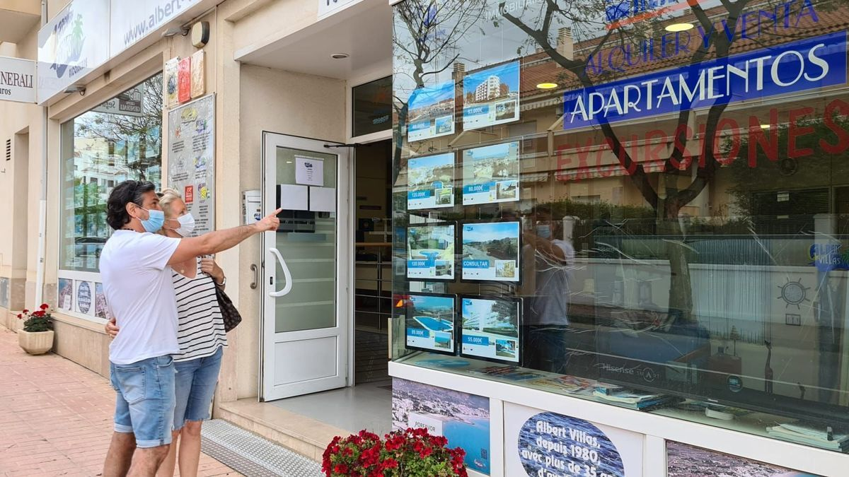 Una pareja de franceses se interesa por comprar un apartamento en una inmobiliaria de Alcossebre.
