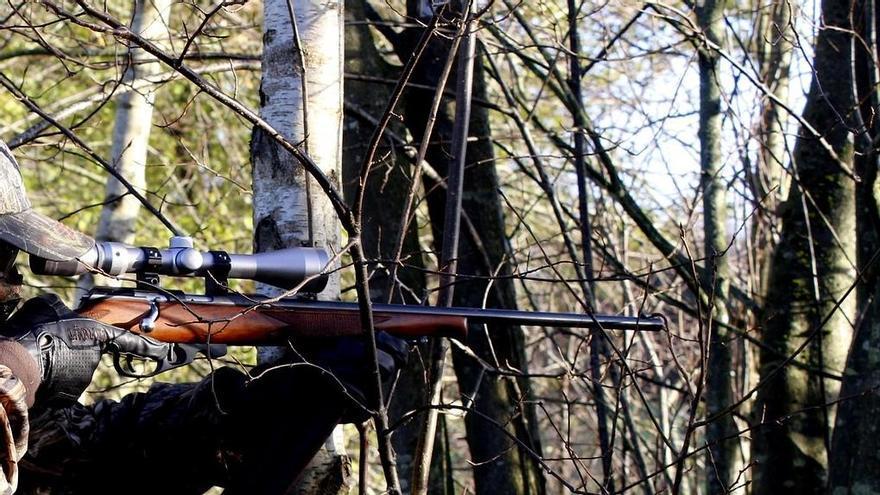 Se le dispara la escopeta en el pie mientras caza en Ourense