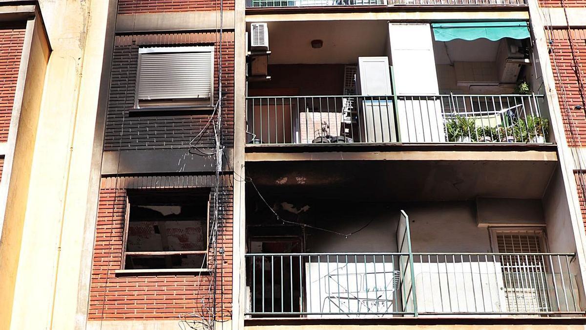 El fuego calcinó el domicilio de la mujer y afectó a un inmueble del tercer piso.