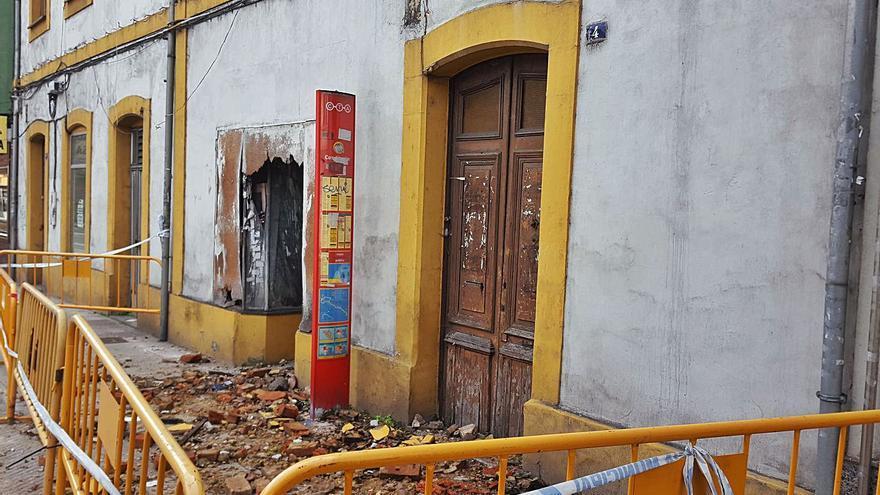 Comienza el derribo de dos edificios en ruina del principal acceso rodado a Sama