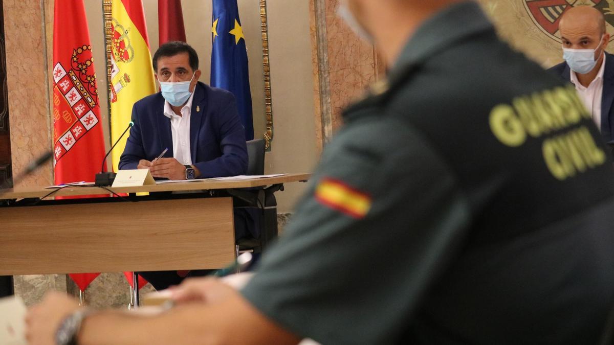 El alcalde Serrano presidiendo la Junta Local de Seguridad, esta mañana.