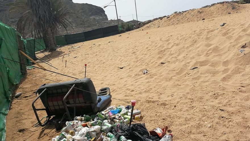 Denuncian un foco de droga y basura de la Playa de Anfi Tauro