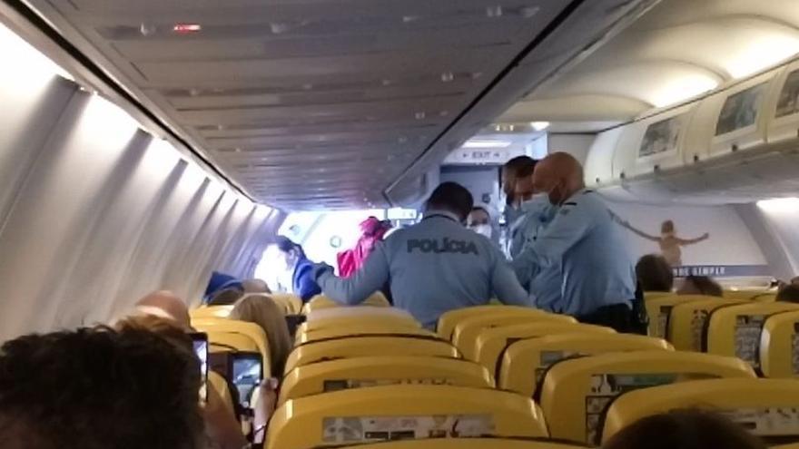 Desvían un vuelo que se dirigía a Canarias por una pelea a bordo