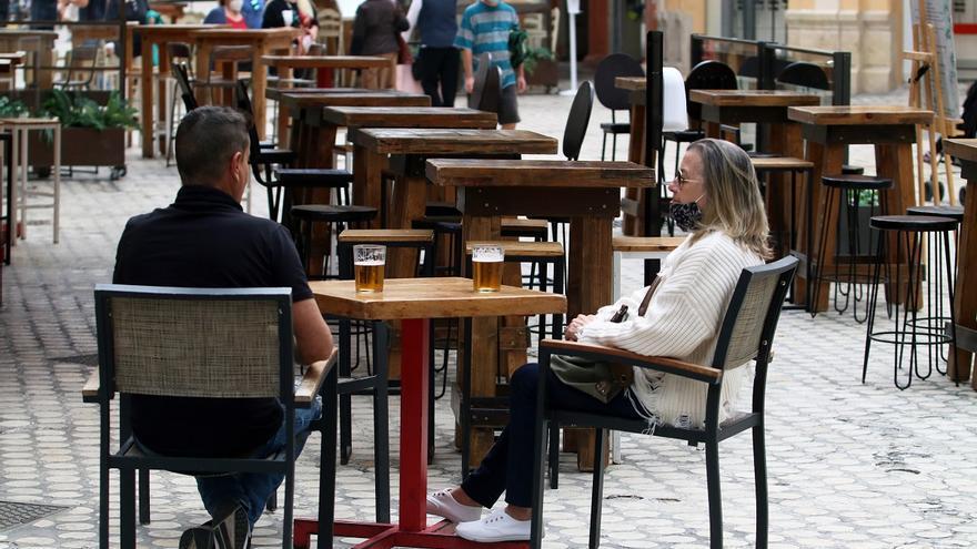La Junta amplía a seis personas las reuniones y mantiene intacto el toque de queda en Andalucía