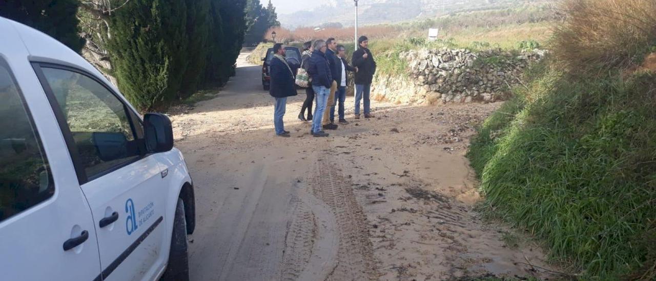Imagen de un camino con baches