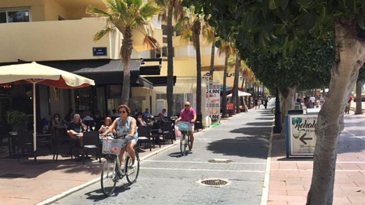 Turistas, ayer, en el paseo marítimo de Marbella.   L. O.