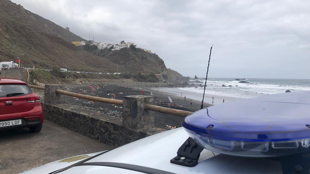 Una patrulla de la Policía Local vigila una de las playas de la costa de Anaga.