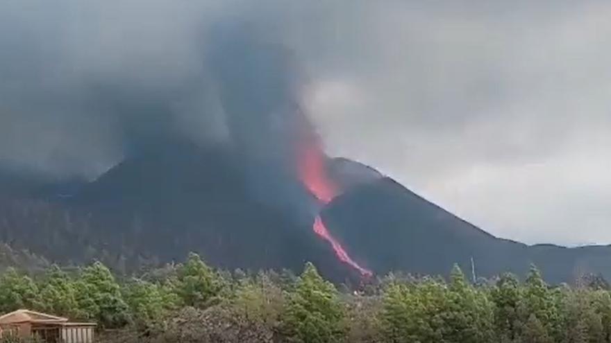 El volcán de La Palma visto desde la carretera de San Nicolás