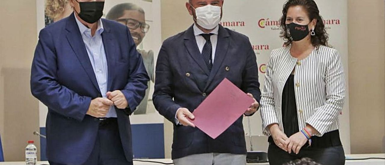 Toni Gaspar junto al presidente de Cámara Valencia. | LEVANTE-EMV