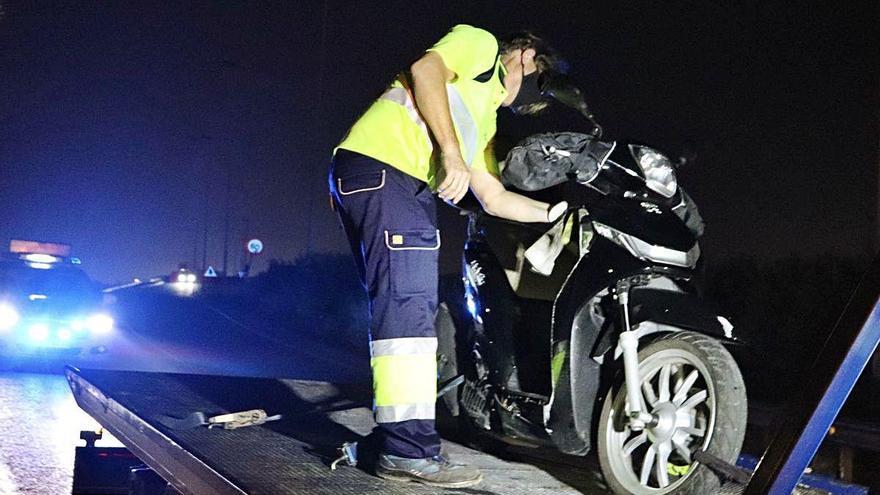 Uns conductors eviten que un home mati la xicota llançant-la a l'autovia