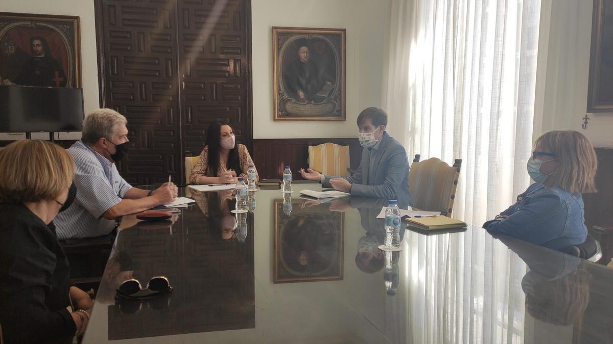 Reunión entre la edil de Bienestar Social y el director general de Infraestructuras de Servicios Sociales
