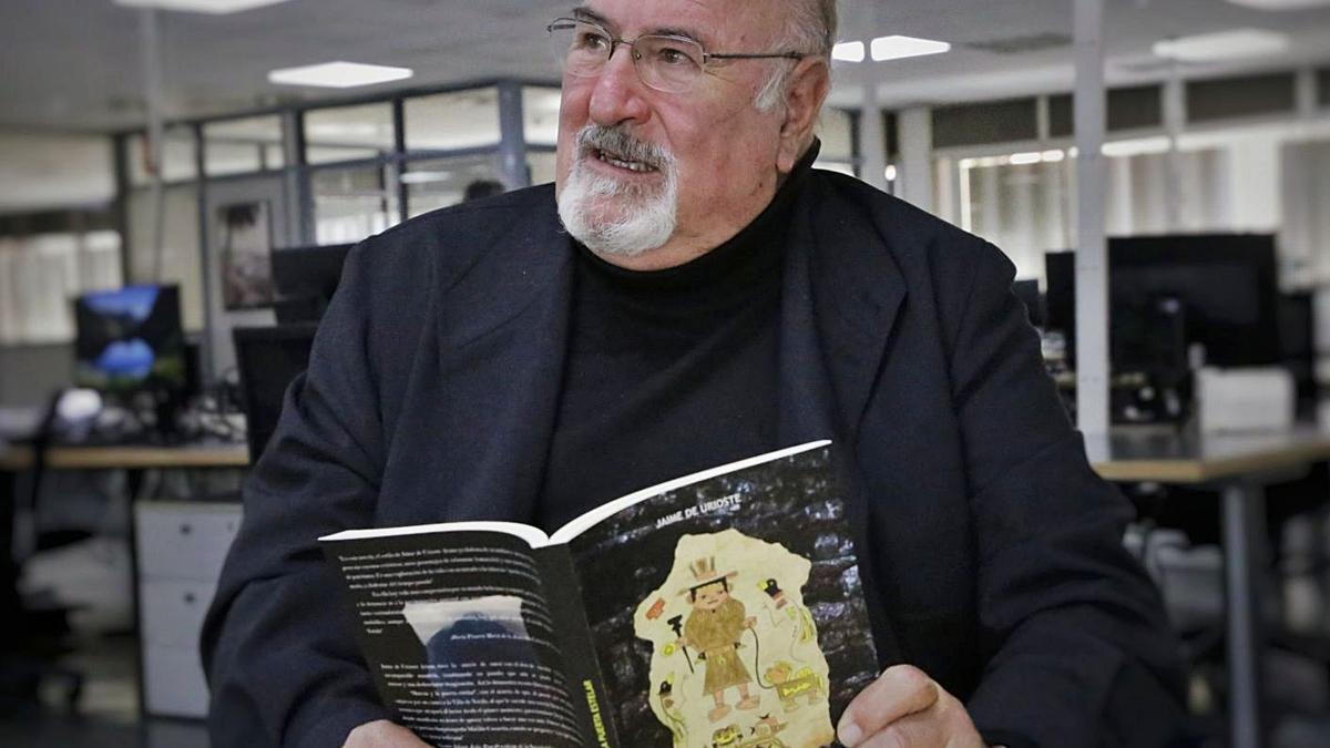El escritor Jaime de Urioste en la redacción del periódico EL DÍA con su nueva novela.