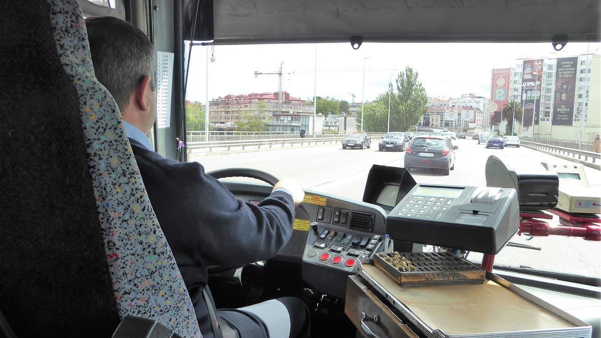 Vista desde el interior de un bus de la línea 1A que cruza A Pasaxe desde A Coruña hacia Santa Cristina.