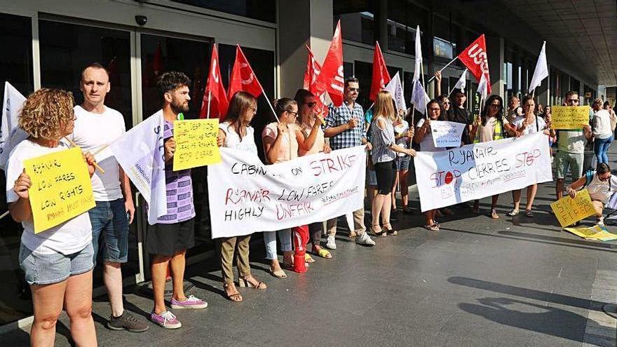 Ryanair ha d'indemnitzar treballadors i sindicats per haver vulnerat el dret a vaga
