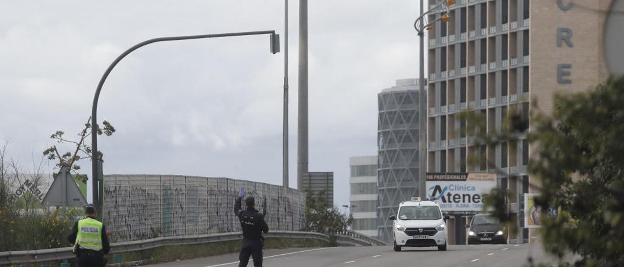 Control de la policía de accesos a València el pasado viernes.