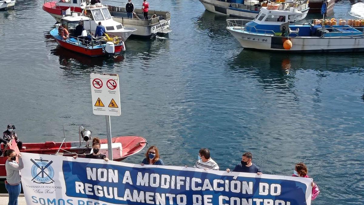 Pancarta y barcos en la protesta de Cangas Gonzalo Núñez (2).jpg