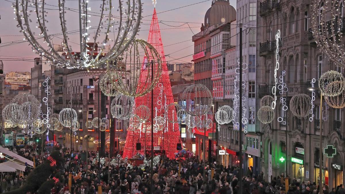 Las calles de la ciudad llenas de gente para ver las luces de Navidad del año pasado. // J. Lores