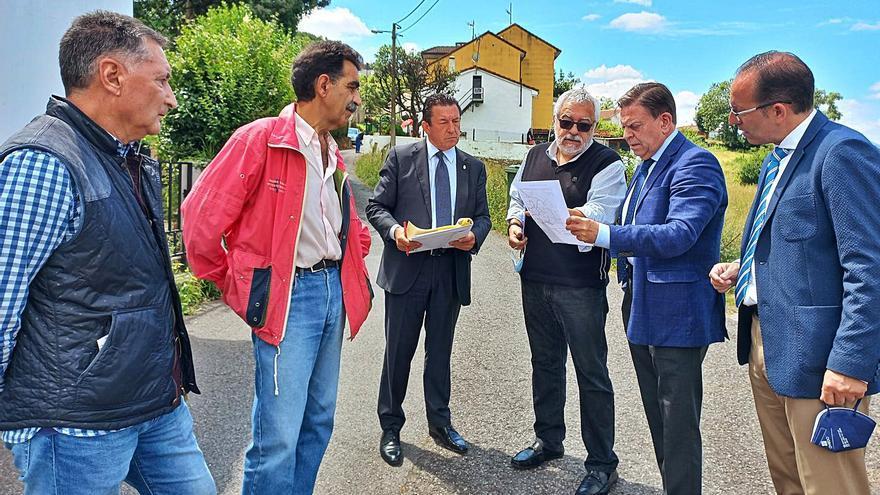 Canteli promete varias mejoras a los vecinos en el barrio de Olivares