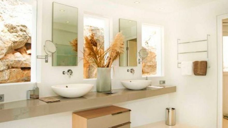 El producto que tienes en casa con el que dejarás los cristales y los espejos relucientes