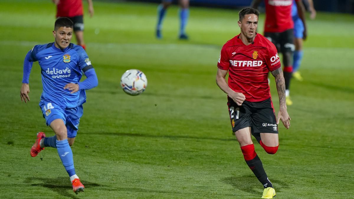 Pichín y Raíllo persiguen el balón durante el partido en Fuenlabrada.