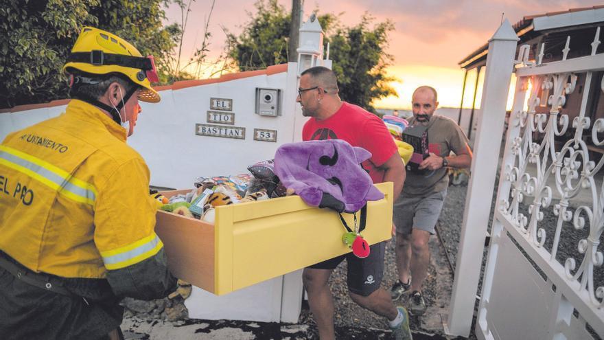 Vecinos de Todoque, en La Palma, recogen sus pertenencias obligados a abandonar su casa por la erupción del volcán