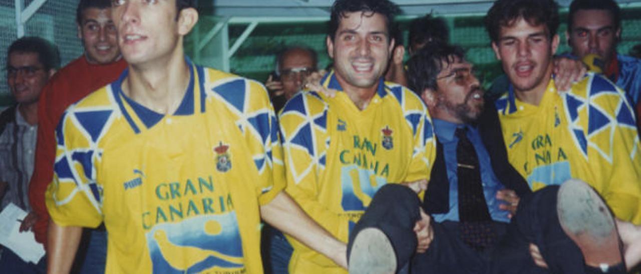 Jaume García (izquierda), Santi Lampón (centro) y Juan Carlos Socorro (derecha) sostienen a Pacuco Rosales tras subir a Segunda, el 22 de junio de 1996 en Elche.