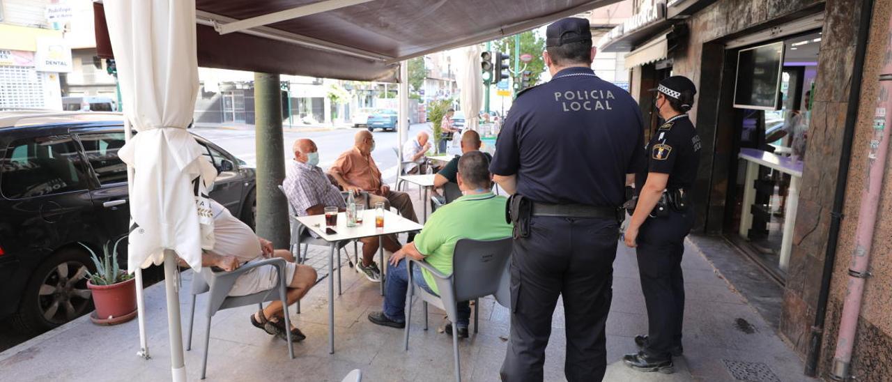 La Policía Local de Elche centra sus esfuerzos en controlar las medidas contra el coronavirus