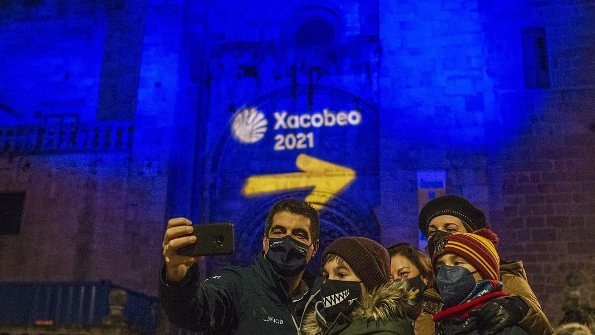 La catedral iluminada con el logo del Xacobeo y el delegado de la Xunta, Gabriel Alén, haciendo un selfi.   | // BRAIS LORENZO