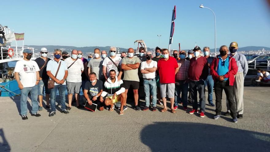 Pescadores de recreo siguen a la espera de Mar para volver a echar sus cañas en A Mosqueira
