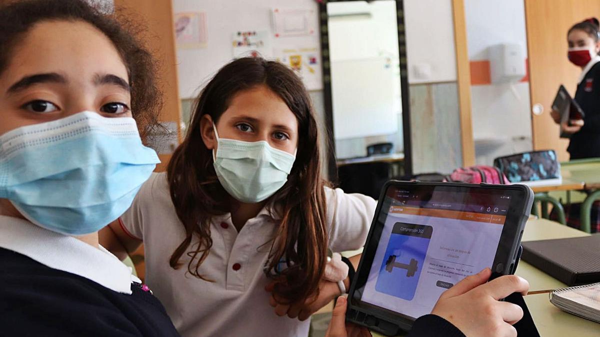 Dues alumnes del CEIP Sant Antoni de Catarroja durant una de les sessions del projecte. | MICE
