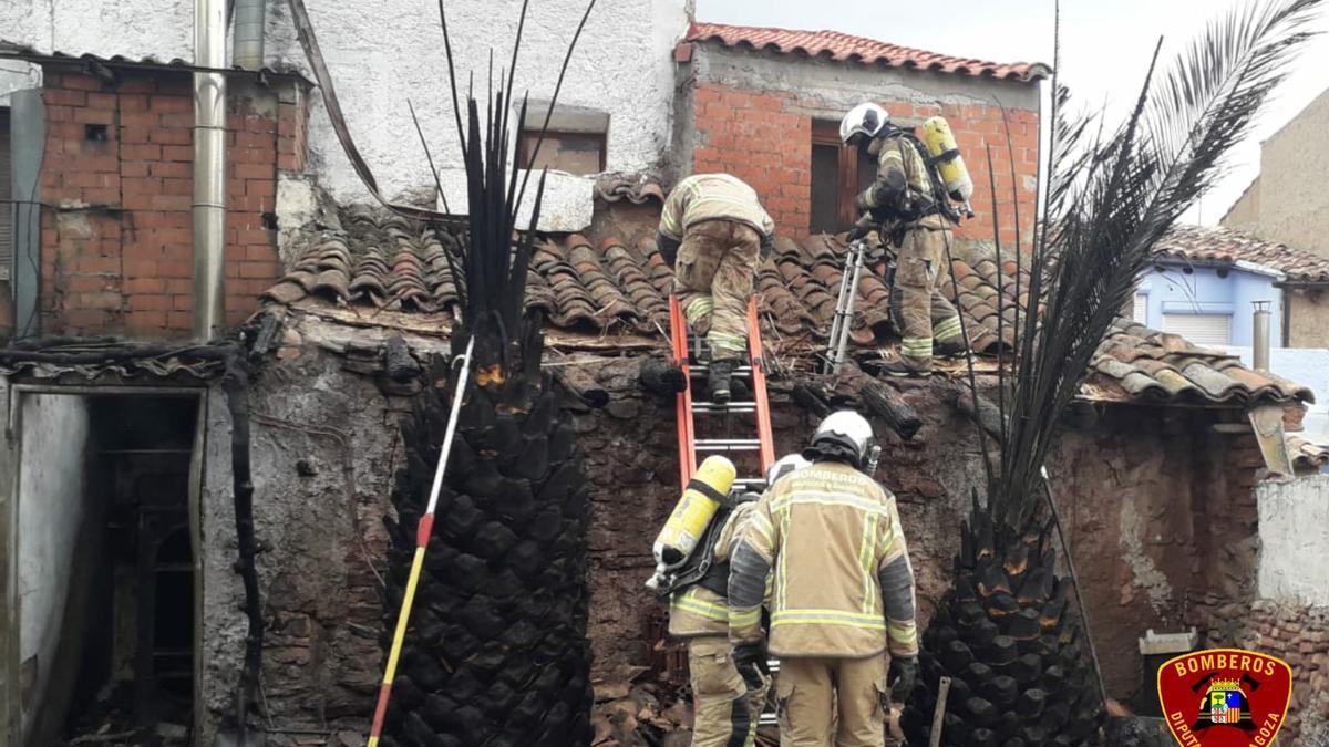 Los bomberos de la DPZ extinguen un incendio en una vivienda de El Frasno